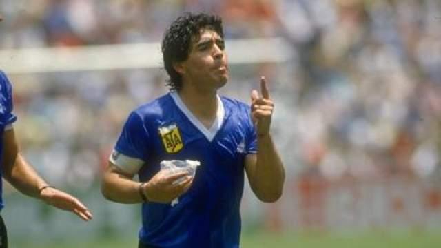"""Рефери посчитал, что мяч был забит головой, и, несмотря на возмущение английских игроков, гол был засчитан. Через четыре минуты Марадона забил в ворота англичан """"гол столетия"""", чем принес Аргентине победу со счетом 2:1. Триумфальное шествие Аргентины по турнирной сетке завершилось завоеванием кубка мира. На послематчевой конференции автор гола заявил, что спорный мяч был забит """"отчасти головой Марадоны, а отчасти рукой Бога""""."""