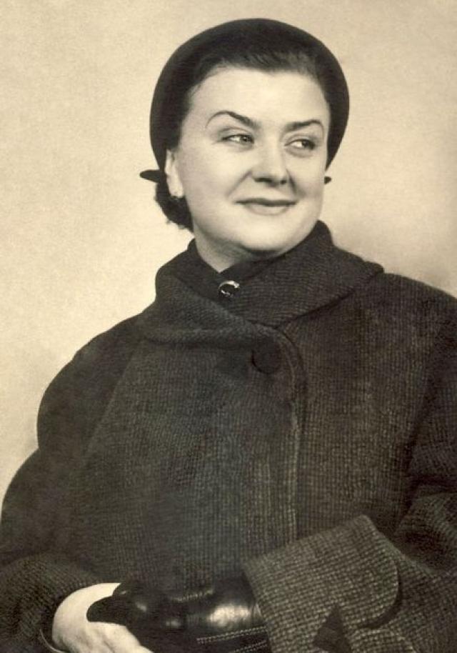 Мать - Мария Миронова - выступала в Театре современной миниатюры, затем во 2-м МХАТе и в Московском государственном мюзик-холле.