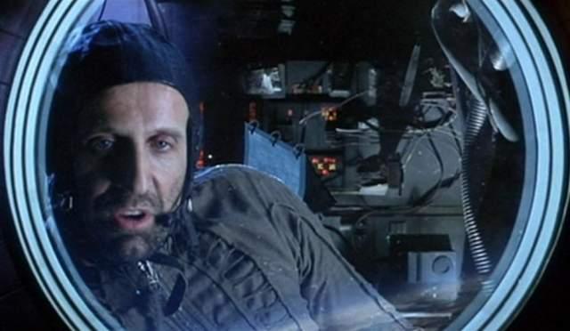 """Но полковник Лев Андропов, в одиночестве бороздящий просторы Вселенной на борту станции """"Мир""""! Вместо скафандра - телогрейка и ушанка, вместо витаминов - водка, но даже при всем этом Андропов спас Землю, без его лома американский шатл не завелся бы и вся команда Брюса Уиллиса впустую слетала бы в космос..."""