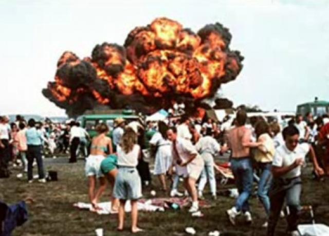 Столкнувшись с землей, самолет взорвался. Начался сильный пожар, вследствие чего на месте падения сразу погиб 31 человек. Один из поврежденных самолетов упал рядом со спасательным медицинским вертолетом UH-60 (его пилот позже умер от полученных ранений).