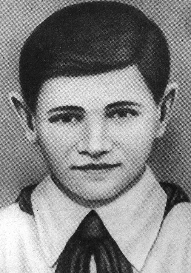 Валя Котик. 14-летний партизан-разведчик в отряде имени Кармелюка - самый юный Герой СССР. В занятом немецкими войсками селе он тайком собирал оружие, боеприпасы и передавал их партизанам.