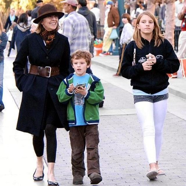 Дайан Китон. По словам 67-летней актрисы, роль матери-одиночки ей нравится гораздо больше, чем роль жены. Она никогда не была замужем, но это не помешало ей сначала удочерить девочку по имени Декстер, а через пять лет - мальчика, Дюка.