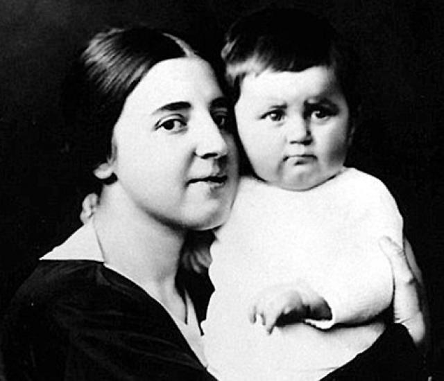 Новая любовь в сердце Сталина разгорелась уже после победы большевиков, в 20-е годы. Юная Наденька (она была моложе Сталина на 23 года), дочь революционера Сергея Аллилуева, отдала свое сердце грозному вождю.