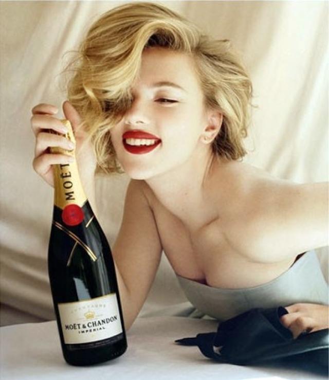 Лучшим успокоительным красотка считает бокал белого вина.