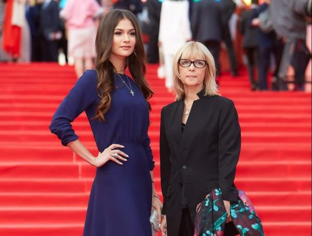 Анастасия Шубская Анастасия роилась в Швейцарии, в семье известной российской актрисы и режиссера Веры Глаголевой и бизнесмена Кирила Шубского. Еще в детстве, видя успех своей матери, Настя тоже захотела стать актрисой