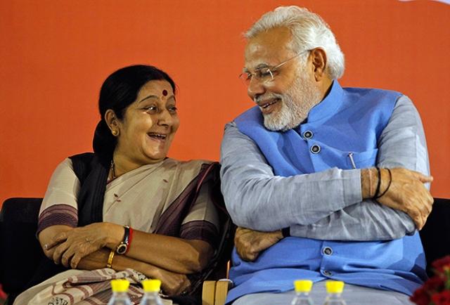 Премьер-министр Индии Нарендра Моди отличается от многих своих предшественников тем, что он очень интересуется модой и всегда носит идеально выглаженную одежду. Курты с коротким рукавом уже давно стали его визитной карточкой.