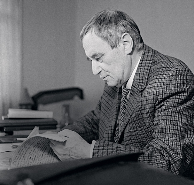 """Все началось с того, что писатель Валентин Катаев рассказал репортерам газеты """"Гудок"""" свой сюжет, пожелав """"нанять их в качестве литературных негров""""."""