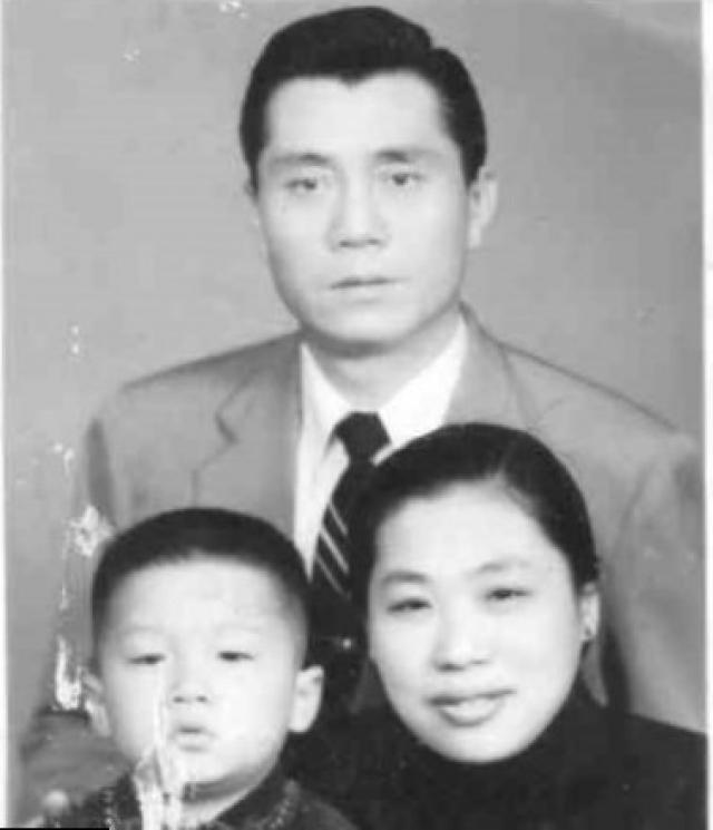 Родители Джеки Чана. Джеки родился в бедной китайской семье. Его родители Чарльз Чан и Лили Чан бежали в Гонконг с континента во время гражданской войны, а в 1960 году перебрались в Австралию. До переезда они работали поваром и горничной в резиденции консула Франции в Гонконге.