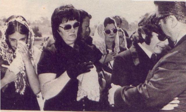 Но несмотря на это, ее убили безжалостно, нанеся 18 ножевых ранений. 13 августа Шэрон Тейт была похоронена в закрытом гробу на кладбище Святого Креста, Калвер Сити, Калифорния, со своим ребёнком в руках. .