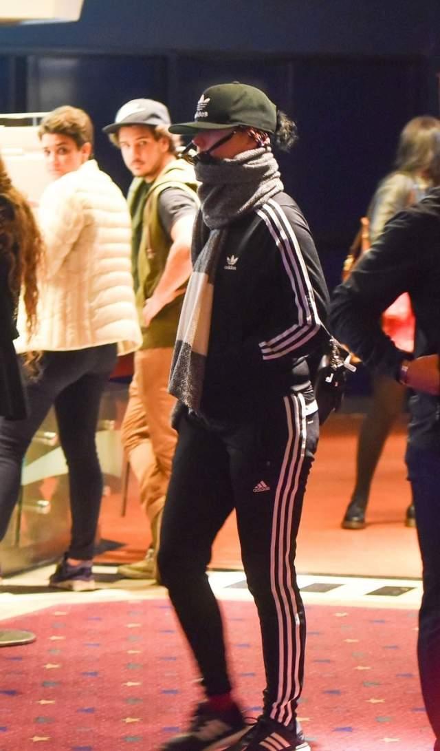 Кэти Перри. При прогулке в Буэнос-Айресе основательно экипируется. Но тотал-лук от адидас, так или иначе, привлекает внимание.