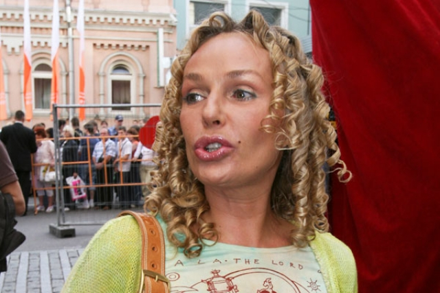 Андрейченко утратила свою индивидуальность, не избавилась до конца от морщин и обрела бесформенные огромные губы.