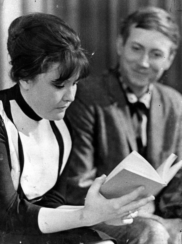 Белла Ахмадулина. Поэтесса была участницей многих романов и браков, в которых проявила свой непростой характер. С 1955 по 1958 она была первой женой Евгения Евтушенко (на фото). С 1959 по 1 ноября 1968 года - пятой женой Юрия Нагибина.