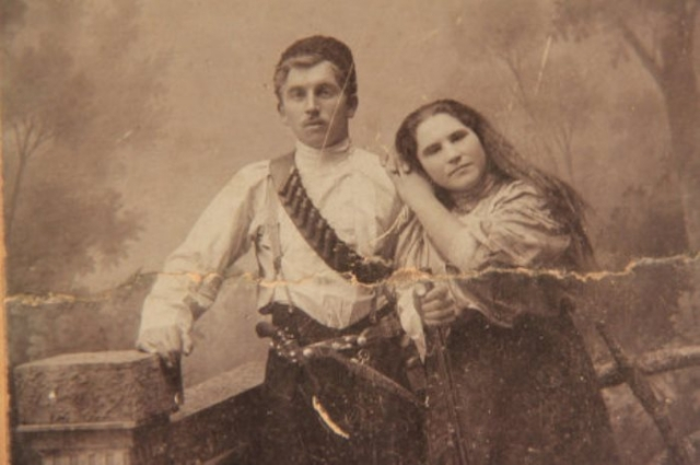 Мария Попова родилась в крестьянской семье в 1896 г. Отца она потеряла в 4 года, мать – в 8 лет. С этого возраста ей пришлось батрачить на зажиточных односельчан. В 1917 г. она вступила в Красную Гвардию и участвовала в боях за Самару. В 1918 г. стала членом партии, в том же году попала в состав Чапаевской дивизии.