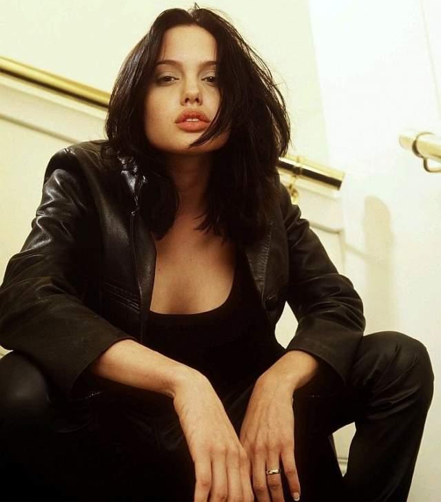 """Анджелина Джоли, 1975 г.р. С самого детства актриса выделялась своим эксцентричным поведением. Она вела себя не так, как все, носила """"тотал-блэк"""" и красила волосы в красный цвет."""