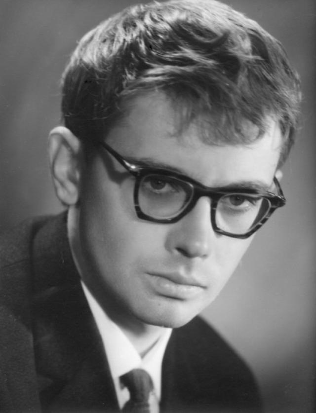 По окончании Свердловской школы № 37 с углубленным изучением немецкого языка Александр в 1954 году попробовал поступить в прославленный МХАТ (приемная комиссия приезжала в Свердловск), но из-за волнения провалился.