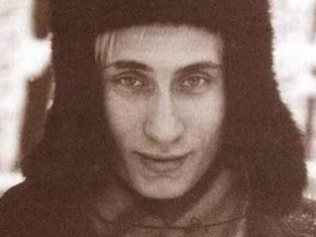 Известность снимку принес белокурый турист, стоявший неподалеку. Есть даже версия, что это молодой Владимир Путин. Впервые эта версия прозвучала в 2009 году. В Москве ее сразу опровергли, заявив, что он в то время находился в Дрездене. Однако автор фото- Пит Союза считает, что снял Путина.