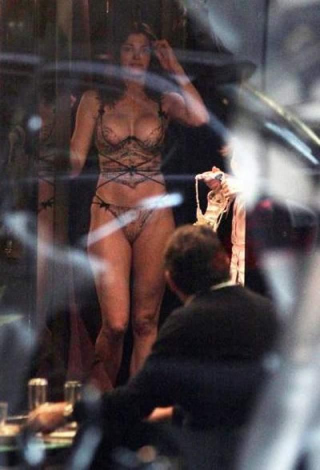 Стефани Сеймур Актриса Стефани Сеймур зашла в бутик в Милане вместе со своим мужем миллиардером Питером Брантом. Пока она примеряла нижнее белье, папарацци делали свое дело.