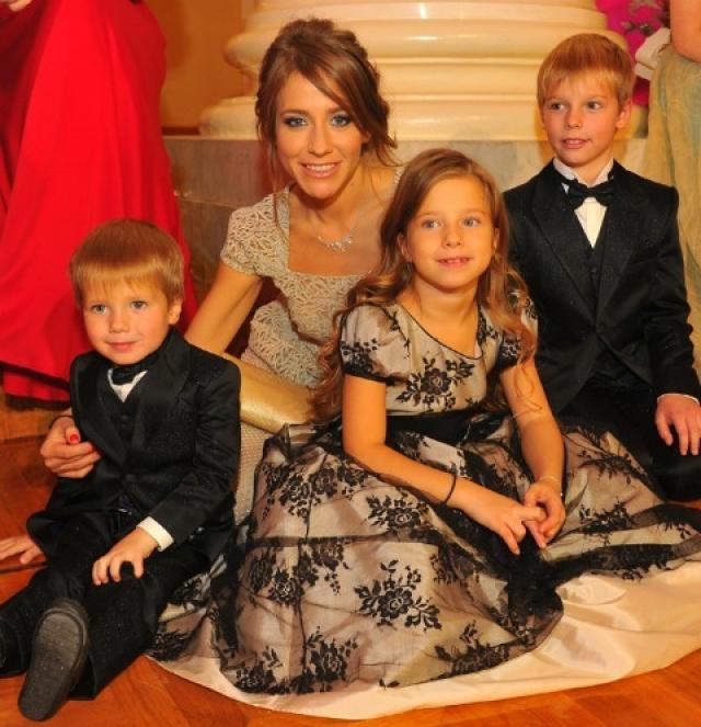 Юлия часто выходит в свет с Артемом, Яной и Арсением. У Аршавина, по ее словам, на встречи с детьми времени нет.