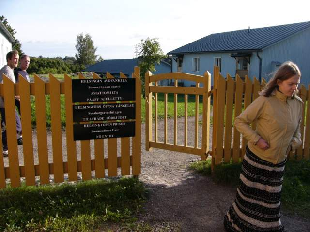 Заключённые работают как на острове, так и в самом Хельсинки, получая зарплату и оплачивая из нее свое содержание.