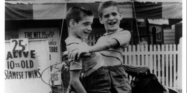 Уже в четыре года они начали зарабатывать выступлениями в цирке, а когда пошли в школу, то учителя их прогнали, так как те своим видом отвлекали других учеников от занятий. Тогда братья Гэлион продолжили выступления в цирке.