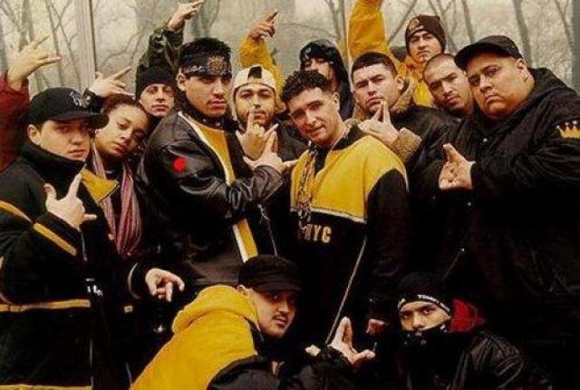 """У группировки есть своя """"Конституция"""" и флаг, на котором изображены флаги этих двух государств и символика банды. Традиционные цвета символики - желтый и черный, а также венок из пяти стрел и корона."""