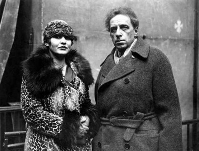 20 июня 1939 года Мейерхольд был арестован в Ленинграде; одновременно в его квартире в Москве был произведен обыск. В протоколе обыска зафиксирована жалоба его жены 3инаиды Райх, протестовавшей против методов одного из агентов НКВД. Вскоре (15 июля) она была убита неустановленными лицами.