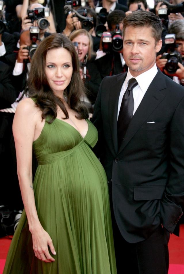 Анджелина Джоли. Пожалуй, самая известная звездная пара, прибегнувшая к ЭКО, хотя актриса до этого уже была многодетной мамой приемных детей.