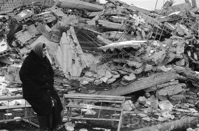 Спустя двое суток после катастрофы 9 декабря 1988 года в аэропорты Еревана и Ленинакана начали прибывать самолеты с грузом медикаментов, донорской крови, медицинского оборудования, одежды и продовольствия из СССР, Италии, Японии, Китая и других стран.