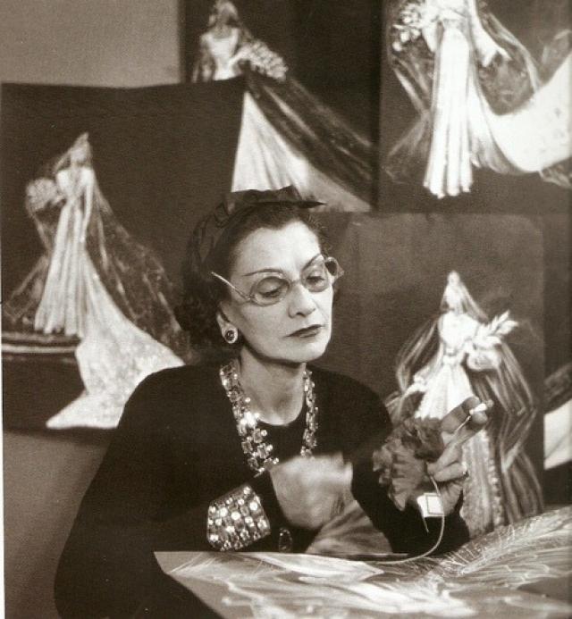 Она привнесла в женскую моду приталенный жакет и маленькое черное платье; из аксессуаров наиболее известными стали сумка на цепочке и крупная бижутерия - в первую очередь броши-камелии и искусственный жемчуг.
