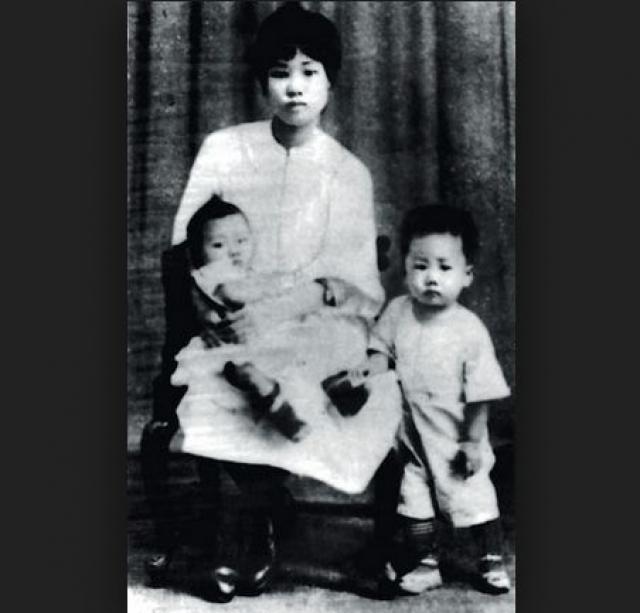 Двух из них, сына и дочь, он переслал в СССР, в интернациональный интернат в Иваново. Позднее за ней отправилась и жена Мао - Хэ Цзычжэнь. Здесь их ждали тяжелые испытания.