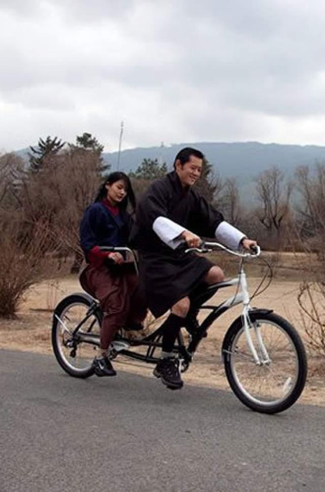 С тех пор король Бутана является игроком национальной сборной по баскетболу. А в свободное время любит прокатиться на велосипеде с супругой.