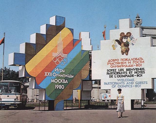 В дни Олимпиады все остановки объявляли на русском и английском, и все текстовые указатели тоже были на двух языках.