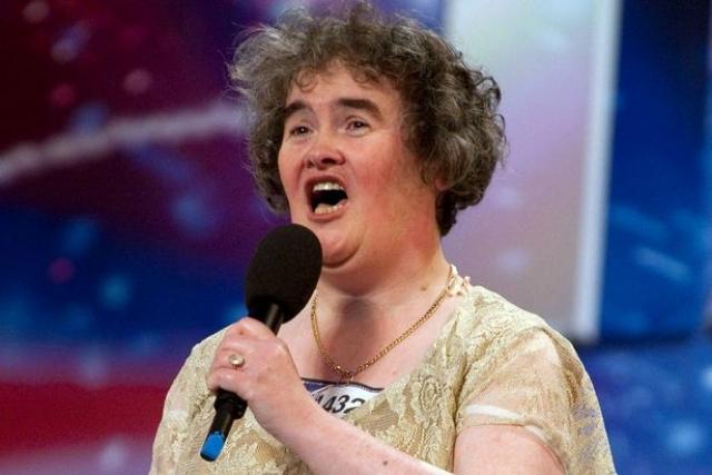 Ее первые слова о мечте стать популярной певицей рассмешили зал, но уже минуту спустя люди аплодировали стоя.