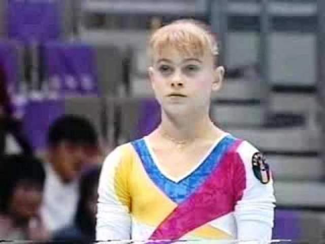 Александра Маринеску. Знаменитая румынская гимнастка, олимпийская чемпионка Атланты, в 1997 году на тренировке также серьезно повредила позвоночник.
