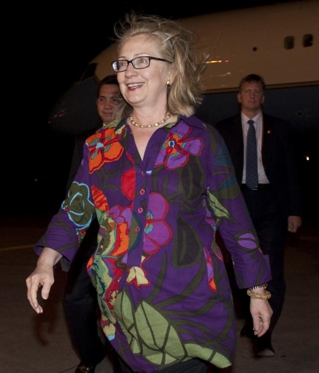 """Кандидат в президенты США несколько раз радовала сограждан нарядами """"веселеньких"""" расцветок."""