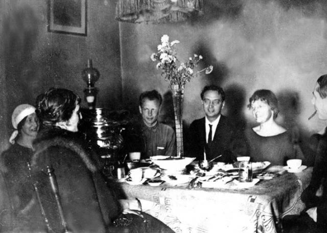 Пунин был очень красив, работал в Эрмитаже. Ахматову он очень любил, оставаясь официально женатым: они жили в комнате в одной квартире со своей бывшей женой Анной Аренс и их дочерью, обедали все вместе, Ахматова даже присматривала за ребенком.