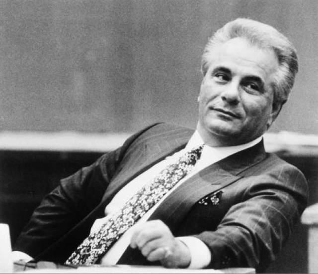Джон Готти Известный тем, что возглавлял знаменитый и практически неуязвимый нью-йоркский мафиозный клан Гамбино на рубеже 1980-х и 1990-х годов, Джон Джозеф Гетти-Младший стал одним из самых влиятельных людей в мафии. Он вырос в нищите, будучи одним из тринадцати детей. Он быстро влился в преступную атмосферу, став шестеркой местного гангстера и своего наставника Аньелло Деллакроче. В 1980 году 12-летнего сына Готти Фрэнка задавил насмерть сосед и друг семьи Джон Фавара. Хоть инцидент и был признан несчастным случаем, Навара получил множество угроз, а позже на него напали с бейсбольной битой. Через несколько месяцев Навара исчез при странных обстоятельствах, и его тело до сих пор не найдено.