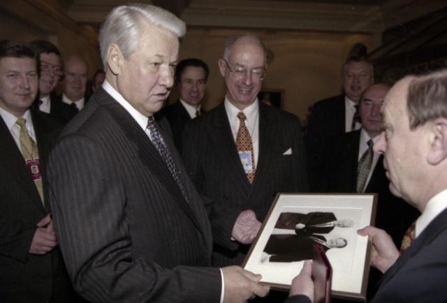 """Газета Chicago Tribune написала об этом визите: """" Борис Ельцин становится все больше похож на большого слона, за которым не успевает убирать президентская команда """". Шведские газеты сравнивали этот визит с гастролями московского цирка."""