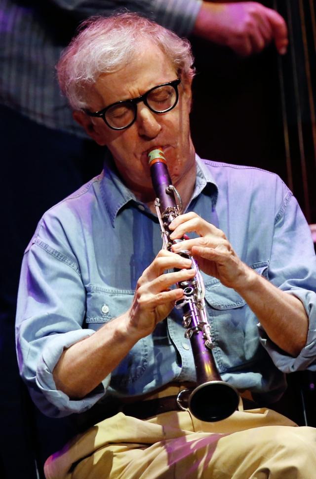 Знаменитый режиссер и актер-комик Вуди Аллен увлекается игрой на кларнете.
