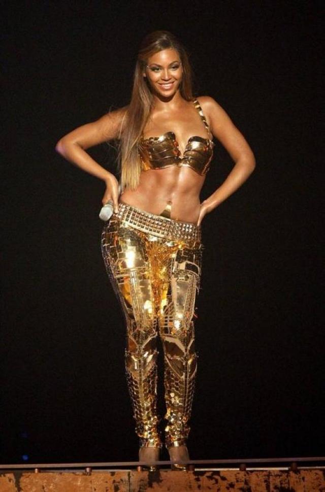 """Бейонсе примерила даже металлический бюстгальтер во время исполнения песни """"Get Me Bodied"""" на церемонии """"2007 BET""""."""