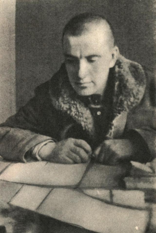 Еще с весны 1919 года Маяковский, несмотря на то, что жил с Бриками, снимал для работы маленькую комнату на четвертом этаже в коммунальной квартире на Лубянке. В этой комнате и произошло его самоубийство.