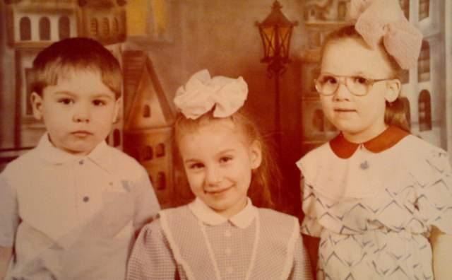 Биатлонист Антон Шипулин с сестрами.