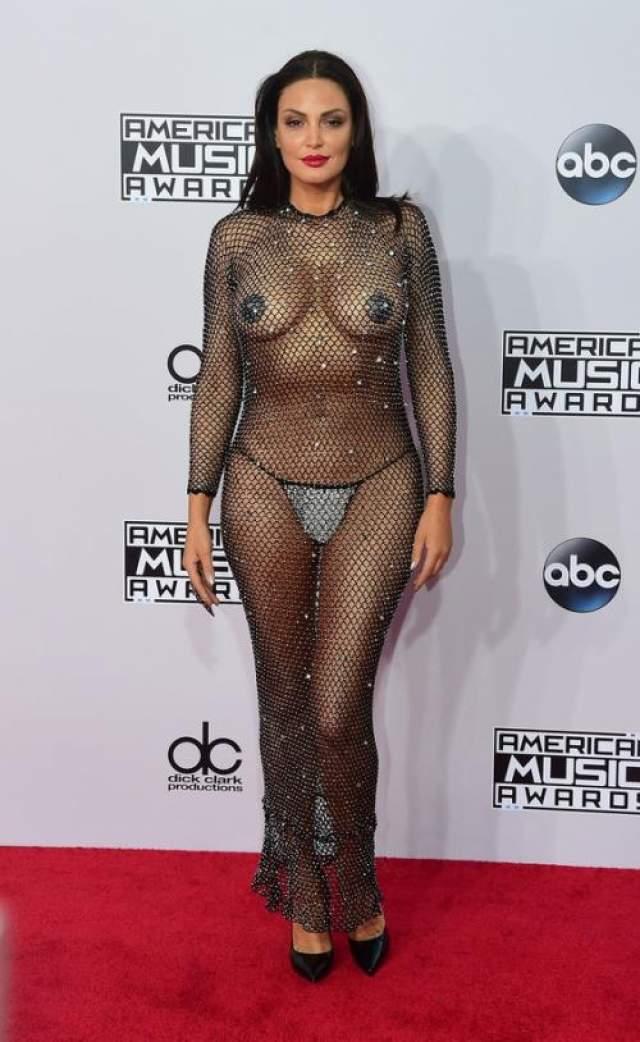 Блеоне Албанская поп-аткриса Блеоне. Дайте ей меч и щит. И все это на 42-ой American Music Awards.
