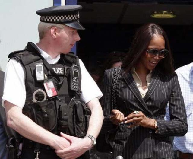 Наоми Кэмпбелл. Модель известна невыносимым характером и не раз впадала в истерические приступы ярости на глазах у окружающих. В лондонском аэропорту Хитроу модель вышла из себя из-за пропажи багажа и устроила скандал на борту самолета.