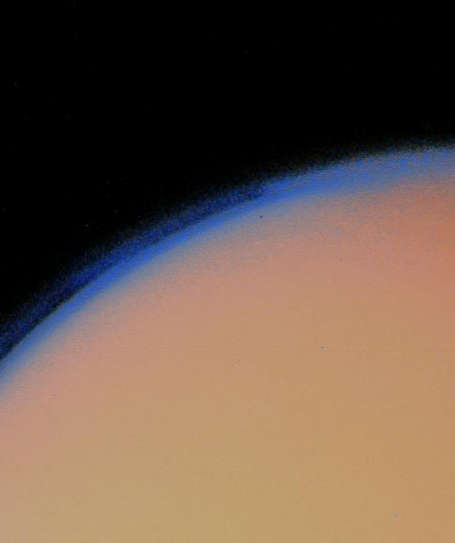 """Толстый слой дымки Титана показан в полученных фото с """"Вояджера-1"""""""