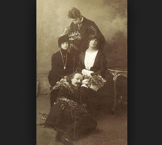 """...Свой инструмент для обладания женщиной Бальмонт использовал, чтобы оттолкнуть ее от себя. Сама женщина из еще едящей и пьющей становилась, как бы поприличнее выразиться, уже приведшей трапезу к ее неизбежному следствию…""""."""