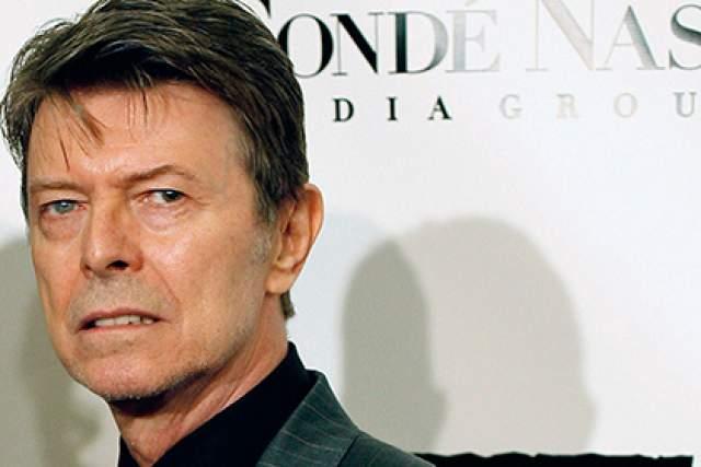 Неоклассический Дэвид Боуи выглядел радикально иначе, нежели в начале своей карьеры. Красные волосы сменил натуральный оттенок русого, и лишь глаза разного цвета выдавали в нем бунтарскую натуру.