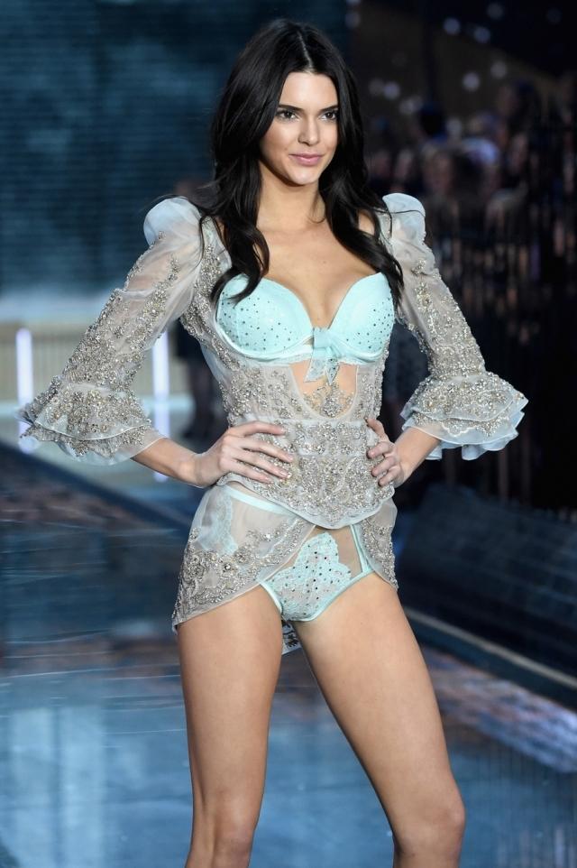 Во многом благодаря усилиям матери Кендалл Кардашьян стала моделью и попала в список самых высокооплачиваемых манекенщиц по версии Forbes. С июня 2014 по июнь 2015 года она заработала $4 млн.