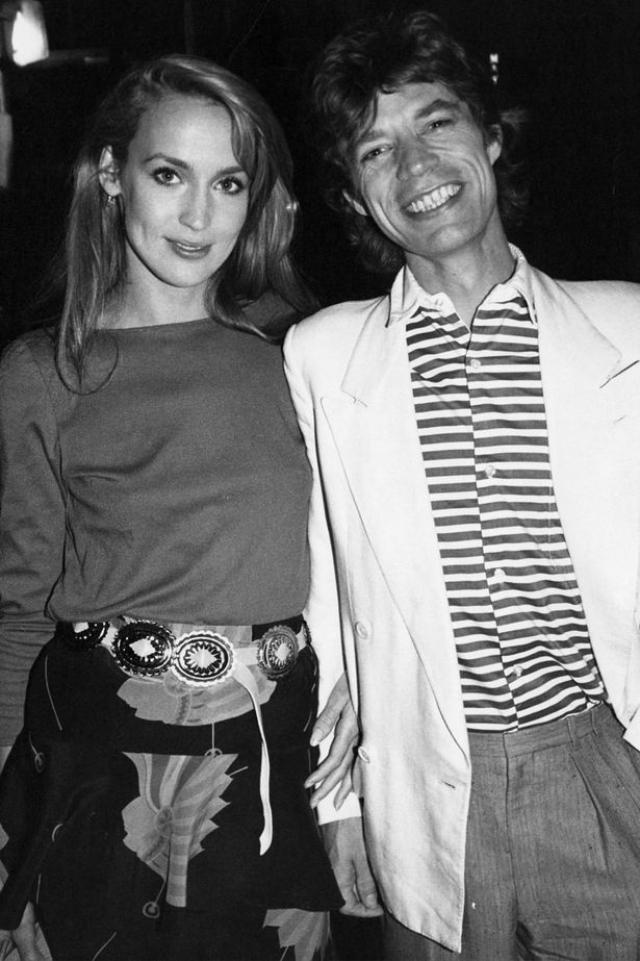 А вот топ-модель Джерри Холл , которая обратилась к каббале в надежде спасти свой брак с рок-звездой Миком Джаггером, возмутилась практикуемым в секте вымогательством.