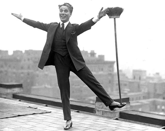 """Вместе с Мэри Пикфорд, Дугласом Фэрбенксом и Дэвидом Гриффитом Чарльз Чаплин основал киностудию United Artists в 1919 году. Чарльз - лауреат премии Американской киноакадемии 1973 года и дважды обладатель внеконкурсного почетного """"Оскара"""" 1929 и 1972 годов. почетную премию 1972 года Чаплин получил со следующей формулировкой своих заслуг - """"за бесценный вклад в то, что в этом веке кинематограф стал искусством""""."""